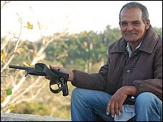 Campesino cubano con un arma (Foto: Raquel Pérez)