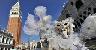 Un personaje disfrazado en las fiestas del carnaval en Venecia