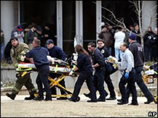 Víctima del tiroteo siendo evacuado a una ambulancia