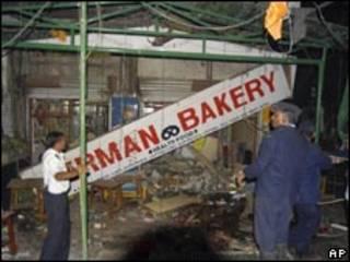 Policiais inspecionam escombros de restaurante onde ocorreu explosão (AP)