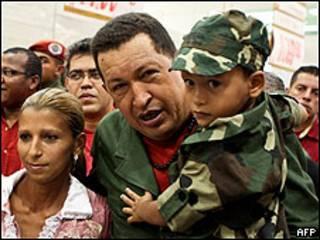 Hugo Chávez durante la inauguración de hipermercado Bicentenario