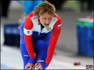 Российский конкькобежец Иван Скобрев после выигрыша бронзовой медали на дистанции 5000 метров на Олимпиаде в Ванкувере 13 февраля 2010 года