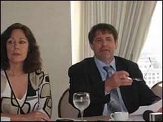 Laura Carlsen y Ted Lewis.