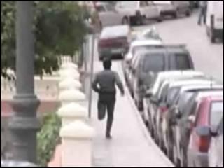 Hombre en Málaga, España, huye de las cámaras de la BBC