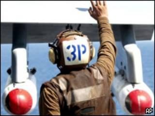 Кластерные бомбы под крыльями американского палубного истребителя-бомбардировщика