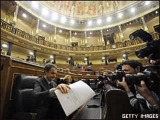 El presidente del gobierno español, José Luis Rodríguez Zapatero, durante el pleno en el Congreso, 17 febrero 2010
