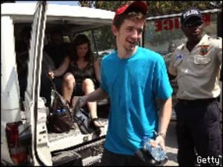 Один из освобожденных и гаитянский полицейский