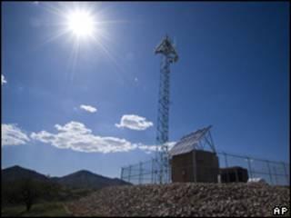 """Prototipo de una torre de vigilancia del muro """"virtual"""" para la frontera entre EE.UU. y México"""