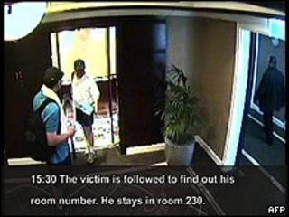 Imagen de los presuntos asesinos siguiendo al dirigente de Hamas, Mahmoud al-Mabhouh, cuando se dirigía a su habitación en Dubai