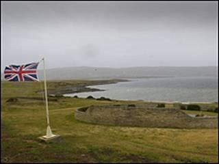 Bandeira britânica em local onde tropas do país aportaram em 1982