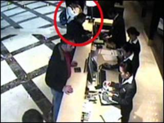 شخص في جوازات مطار دبي