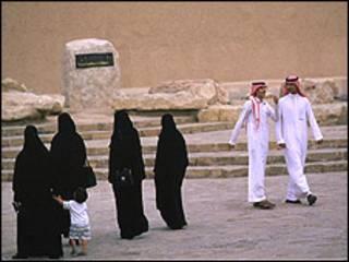 Hombres y mujeres en Arabia Saudita