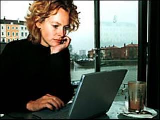 Una mujer con una laptop en un café