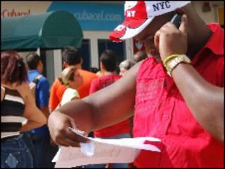 Un cubano habla por celular en La Habana