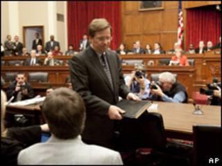 James Lentz (de pie), jefe de operaciones de Toyota en EE.UU., comparece ante audiencia legislativa.