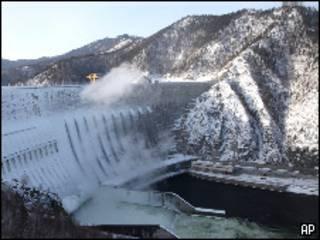 Плотина Саяно-Шушенской ГЭС (фото 30 января 2010 года)