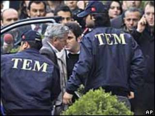 El almirante retirado Ozer Karabulut arriba a un tribunal en Estanbul 23/02/10