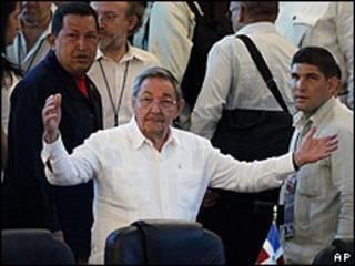 Raúl Castro, presidente de Cuba (centro) y Hugo Chávez (derecha), Presidente de Venezuela.