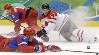 Момент матча между Россией и Канадой