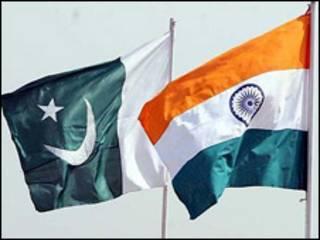 पाकिस्तान और भारत के झंडे