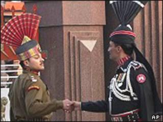 भारत-पाक सीमा चौंकी पर भारत और पाकिस्तान के सैनिक