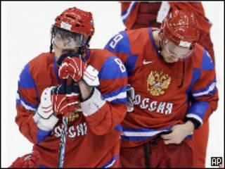 Хоккеисты сборной России Андрей Марков и Александр Овечкин переживают поражение в олимпийском матче с Канадой 24 февраля 2010 г.