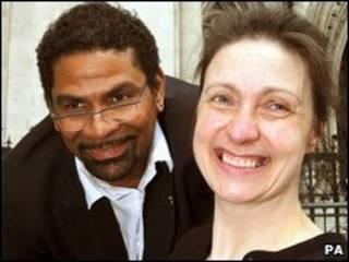 Debbie Purdy y su esposo Omar Puente