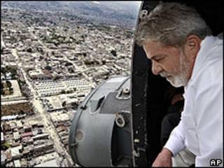 El presidente de Brasil, Luiz Inacio Lula da Silva, sobrevolando la capital de Haití, Puerto Príncipe