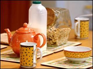 Молоко и чашки на столе