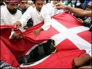 مسلمون يحرقون علم الدنمارك