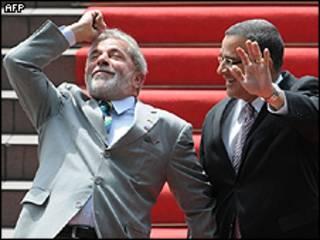 O presidente Lula ao lado do presidente salvadorenho Mauricio Funes