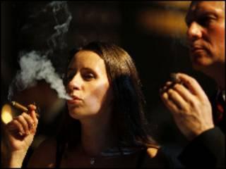 زنی در حال سیگار کشیدن