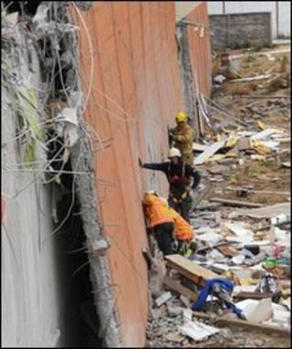 Tìm kiếm dưới đống đổ nát tại Concepcion