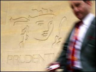 Một người đi ngang qua biểu tượng của Prudential