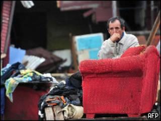 Homem sentado em Pueco, região afetada por tsunami (MARTIN BERNETTI/AFP/Getty Images)
