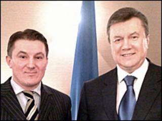 Ростислав Хотин (ліворуч) та президент Віктор Янукович після інтерв'ю