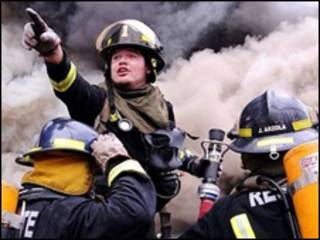 Lính cứu hỏa đang tìm cách dập tắt đám cháy, do cố ý tại cửa hàng Polar