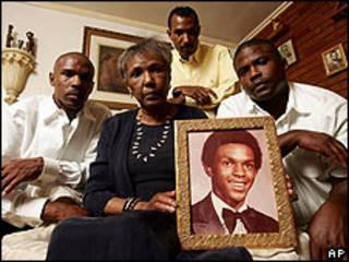 Madre de Tim Cole mostrando una foto de él.