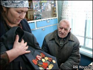 Дочь ветерана из Омской области демонстрирует награды отца