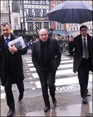 Борис Березовский в окружении охраны идет на заседание Высокого суда в Лондоне. Начало февраля 2010 года.