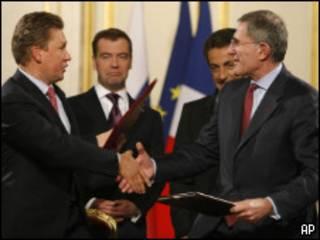 """Главы компаний """"Газпром"""" и Gaz de France на подписании совместного соглашения"""
