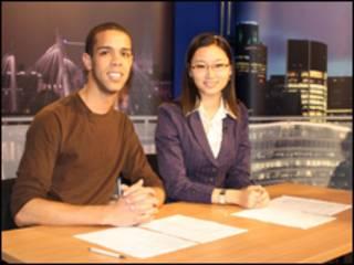 吴维怡和同学在演播间做新闻节目