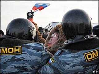 ОМОН сдерживает митинг на Хасанском рынке в Санкт-Петербурге в начале февраля 2010 года.