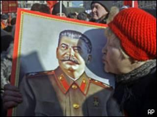 Женщина, целующая портрет Сталина
