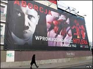 Рекламный щит с изображением Гитлера