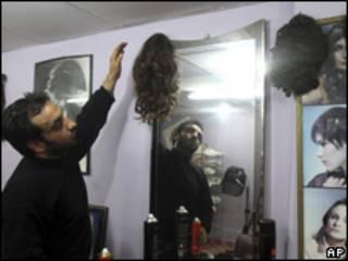 O palestino Barakat al-Ghoul  que trabalha como cabelereiro em Gaza