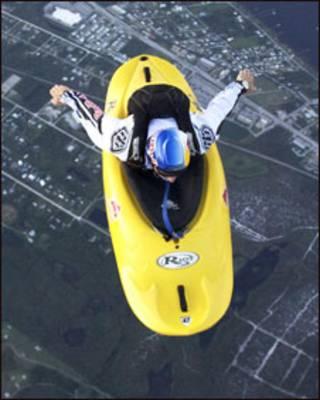 Miles Daisher salta de paraquedas com seu caiaque (ELI THOMPSON/ BARCROFT)