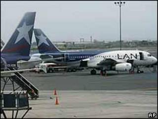 Aviones de LAN en el eropuerto de Lima, Perú