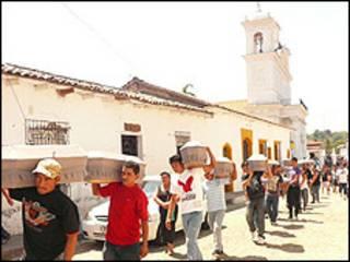 Procesión de familiares con los restos de sus parientes por las calles de Suchitoto.