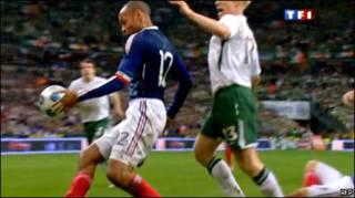 Тьерри Анри во время матча с Ирландией